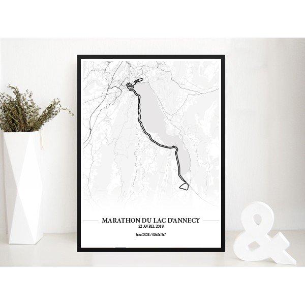 Aperçu de l'affiche réalisée en collaboration avec le cartographe représentant le tracé du marathon du Lac d'Annecy 2018 dans son cadre par Print Your Race