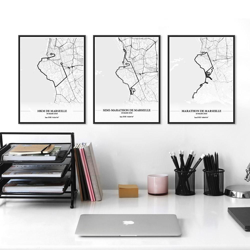 Aperçu de trois affiches encadrées réalisées en collaboration avec le cartographe représentant les tracés du marathon, semi-marathon et du 10KM de Marseille